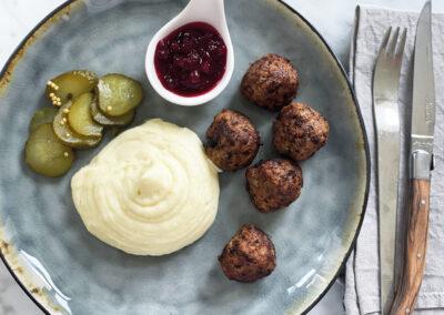 Köttbullar med potatismos och Svenska lingon